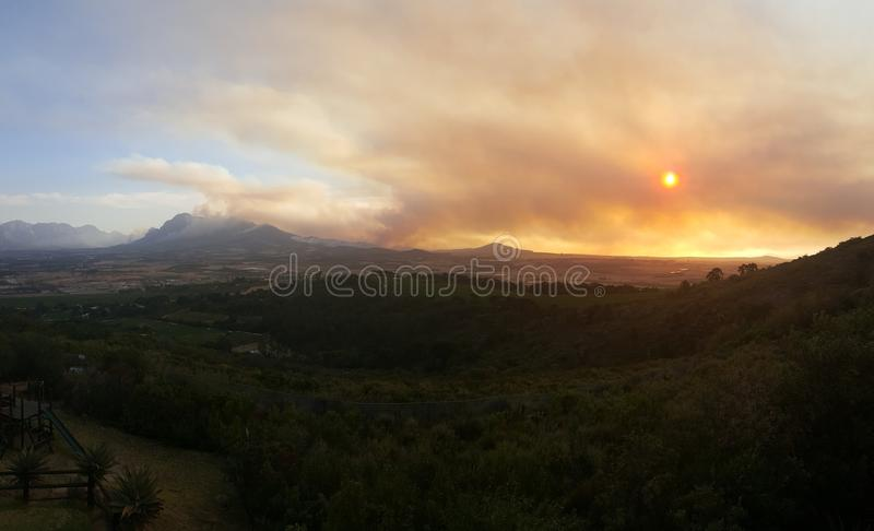 Download Les Feux De Montagne Du Cap-Occidental Photo stock - Image du incendies, sunset: 76085114
