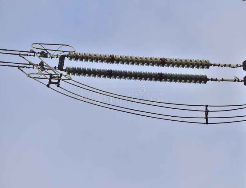 Les ficelles d'isolateur avec la couronne sonne sur les lignes à haute tension en gros plan image stock