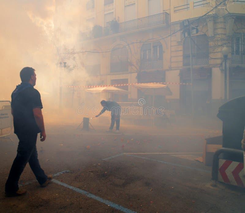 Les figures ont drapé dans la fumée pendant le festival annuel de Las Fallas photo libre de droits