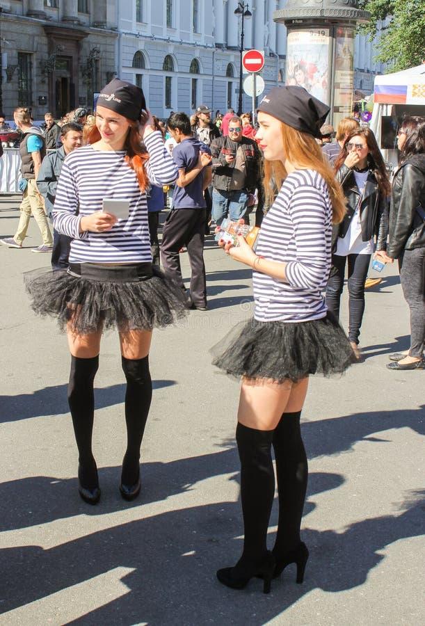 Download Les Filles Dans Des Gilets Rayés Photo stock éditorial - Image du liberté, scène: 77154788