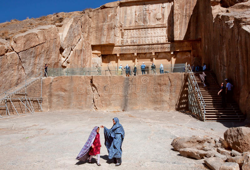Les filles dans des robes asiatiques jouent dans le Persepolis historique image libre de droits