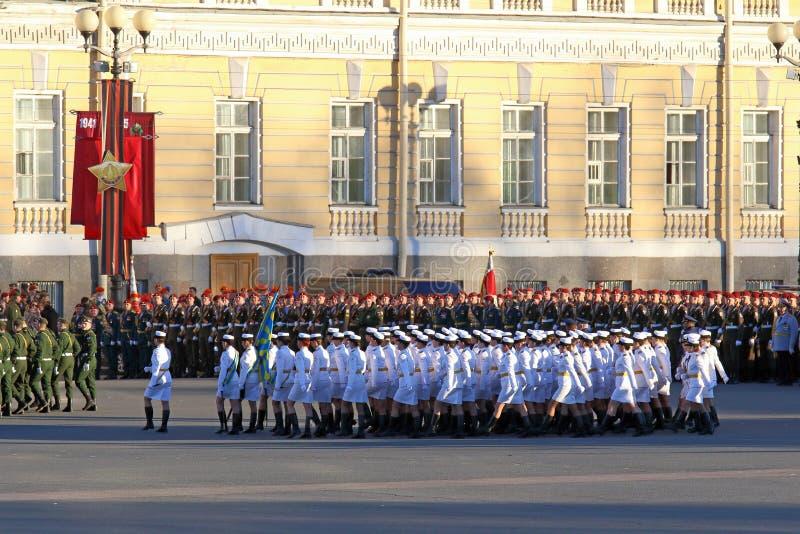 Les filles dans des uniformes blancs sur le palais ajustent à St Petersburg photos libres de droits