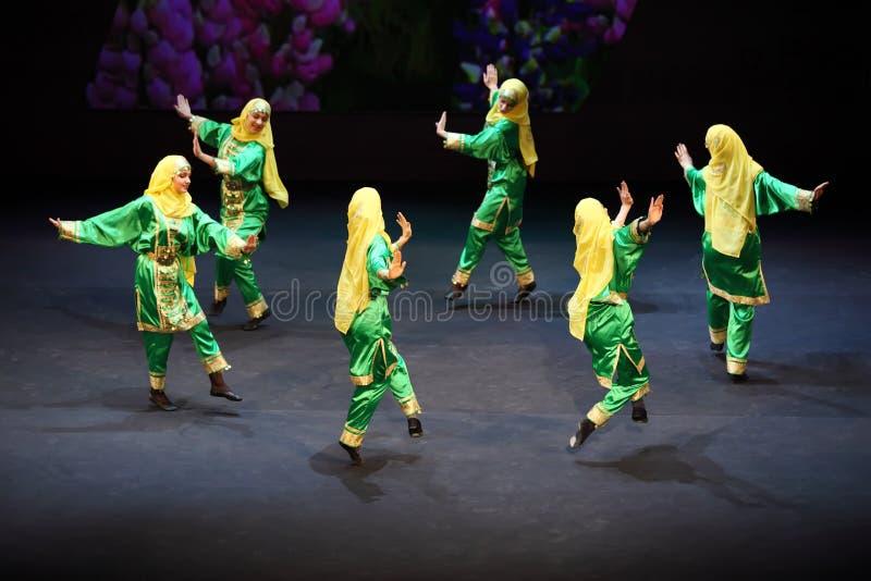 Les filles dansent au concert de l'école de Gennady Ledyakh images libres de droits