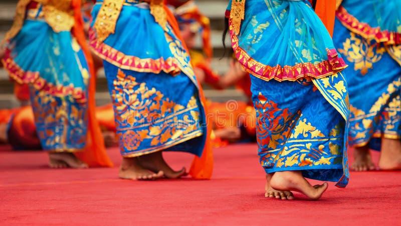 Les filles de danseur de Balinese dans le costume traditionnel de sarongs dansant Legong dansent images libres de droits