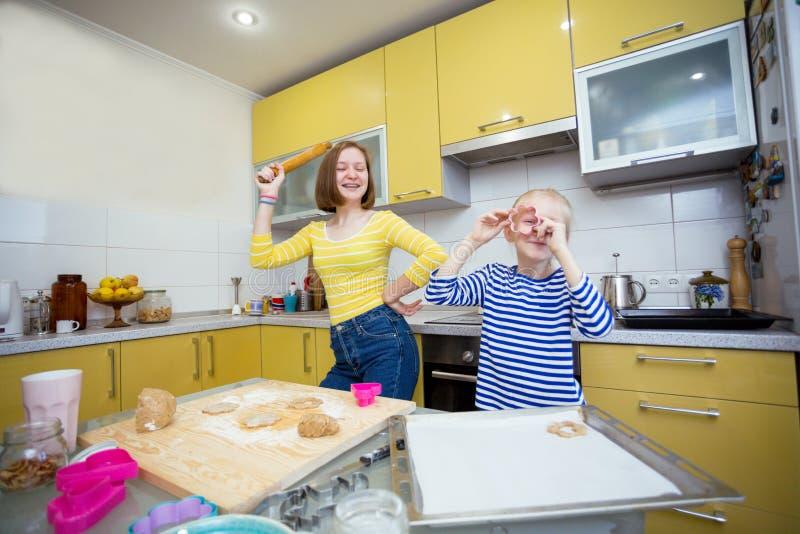 Les filles de soeur font cuire des biscuits d'un Linzer photographie stock
