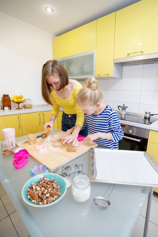 Les filles de soeur font cuire des biscuits d'un Linzer photographie stock libre de droits