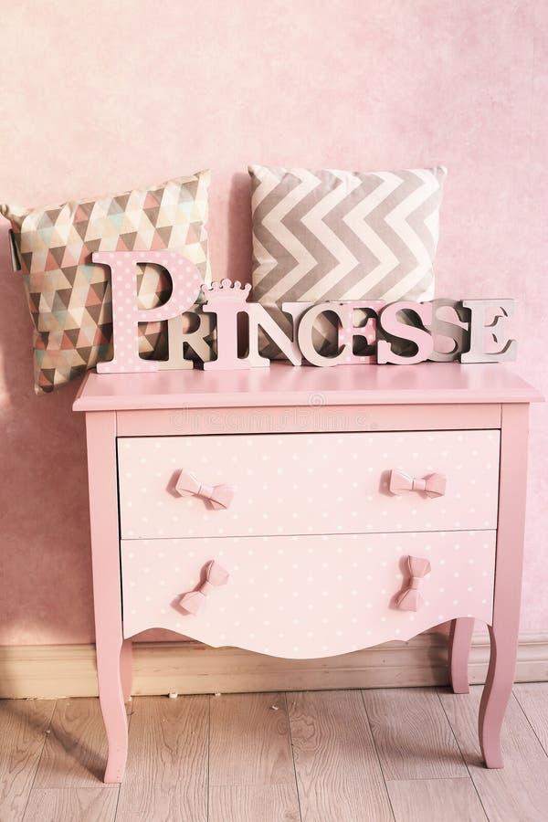 Les filles dentellent le coffre de la raboteuse de tiroirs avec des oreillers images stock