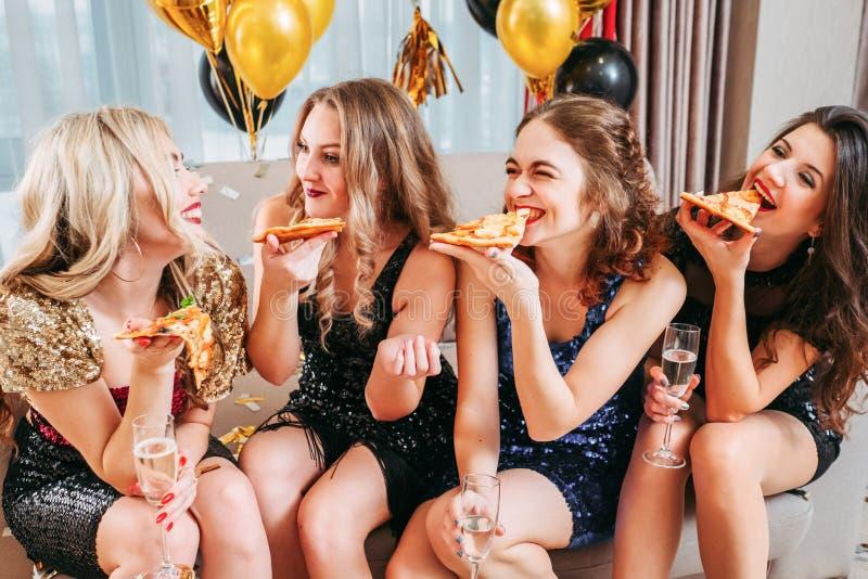 Les filles font la fête la pièce décorée par amusement de causerie de pizza photos libres de droits