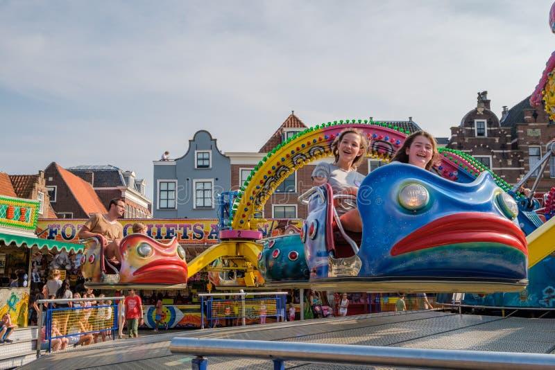 Les filles heureuses apprécient la foire à Delft, Pays-Bas photo libre de droits