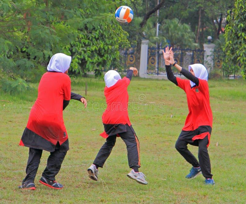 Les filles jouent le volleyball dans Shah Alam image libre de droits
