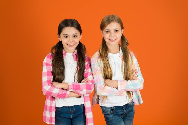 Les filles laissent habituellement leurs cheveux se développer longtemps Cheveu sain et brillant Enfant mignon d'enfant avec la l photographie stock libre de droits