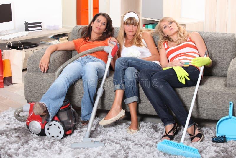 Les filles ont fatigué après nettoyage photo stock