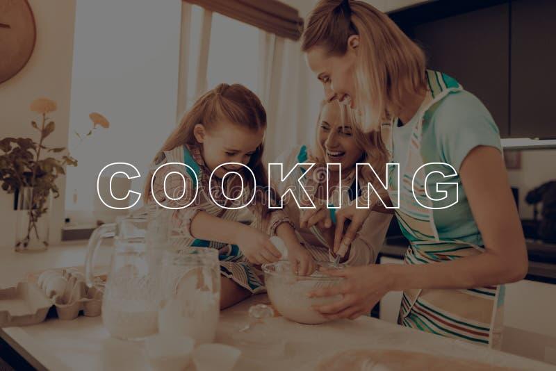 Les filles ont l'amusement La famille heureuse ont plaisir la cuisson images libres de droits
