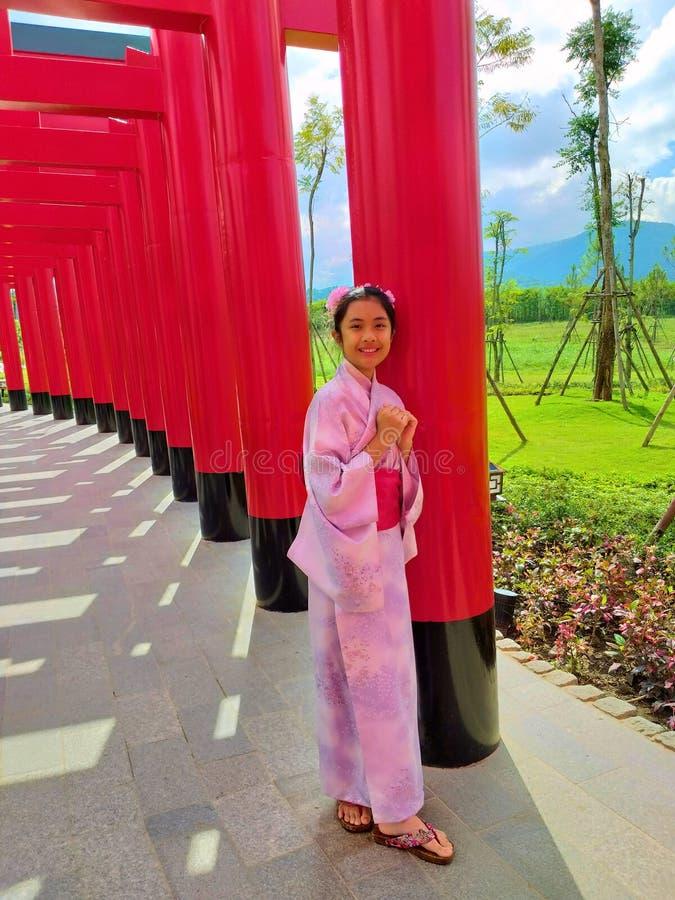 Les filles portent le yukata Nouveau château de déplacement de style japonais de terre de Hinoki d'endroit fait par les bois de H photos stock