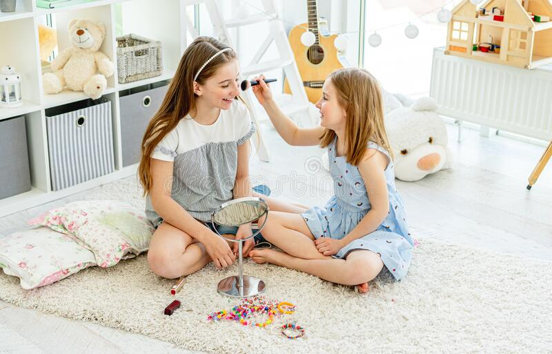 Les filles qui font du maquillage avec des brosses photographie stock