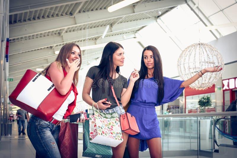 Les filles regardent là est des ventes Sur le mouvement image stock