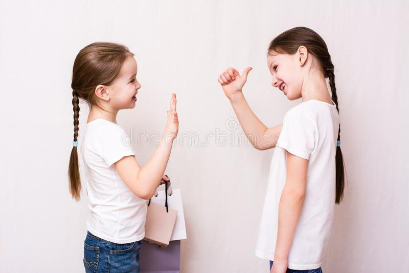 Les filles se réunissent après achats et approuvent des achats image stock