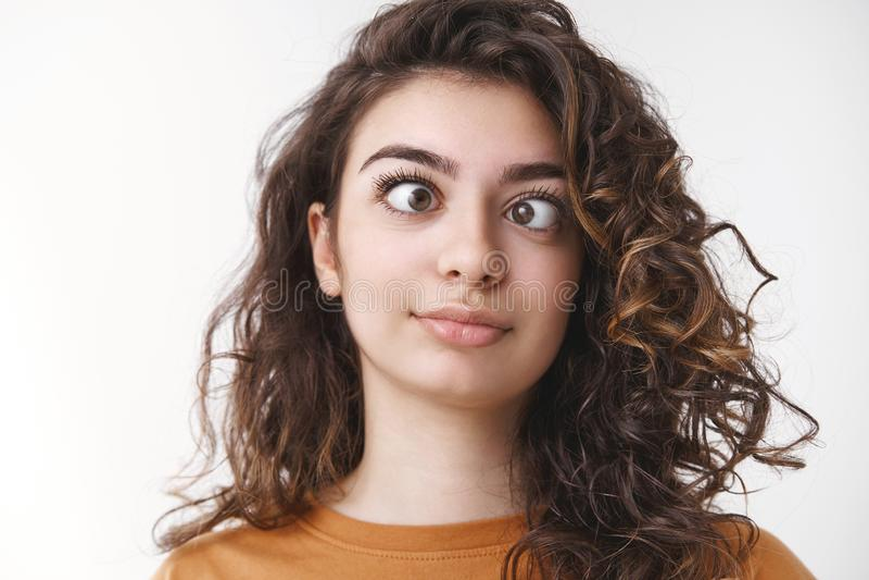 Les filles se sentent ennuyées en se faisant des idiots bizarres autour des yeux squinants, les différents côtés font des grimace photo stock