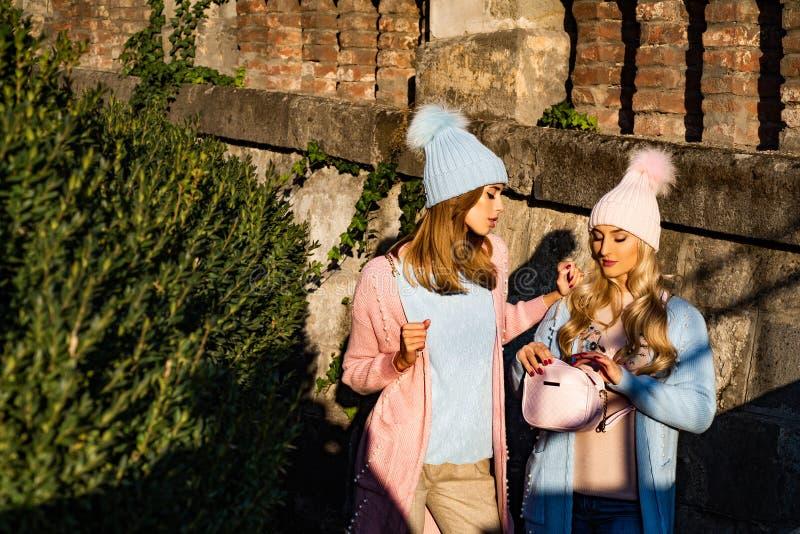 Les filles sensuelles ont tricoté le fond urbain de vêtements Les mannequins de filles portent des vêtements de tricots Mode de v photos libres de droits