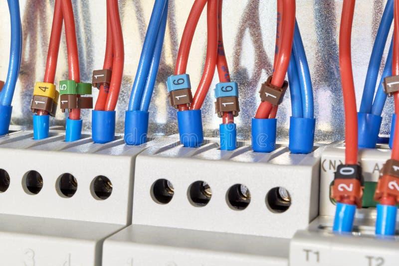 Les fils électriques sont reliés aux relais et aux dispositifs de contrôle photos libres de droits