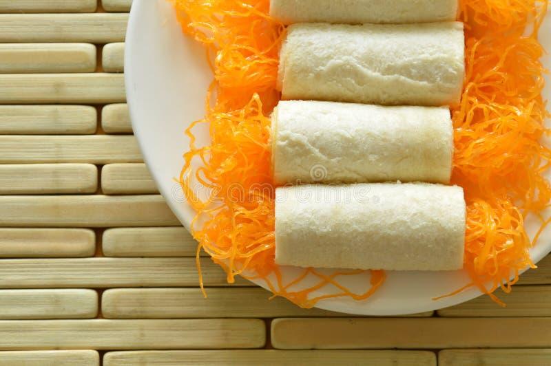 Les fils d'or de petit pain de pain ont appliqué le dessert du plat images libres de droits