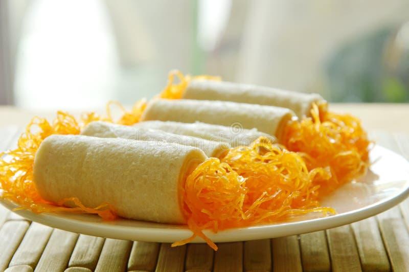 Les fils d'or de petit pain de pain ont appliqué le dessert du plat photo libre de droits