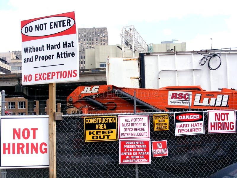 Les Finacial-travaux-Non louant des signes au chantier de construction photographie stock libre de droits