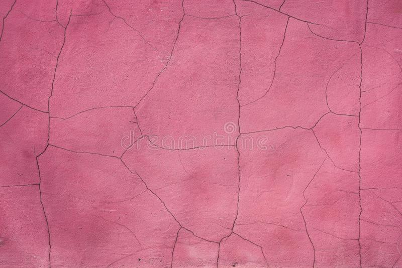 Les fissures couvrent le mur rose photos libres de droits