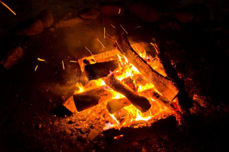 Les flammes ont allumé le feu, chauffant sa chaleur en temps froid Règles de l'élevage sûr du feu image libre de droits