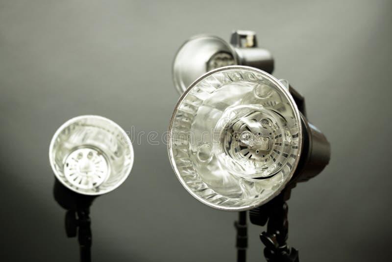 les flashs de studio ont placé, éclair de stroboscope de studio de photo photo libre de droits