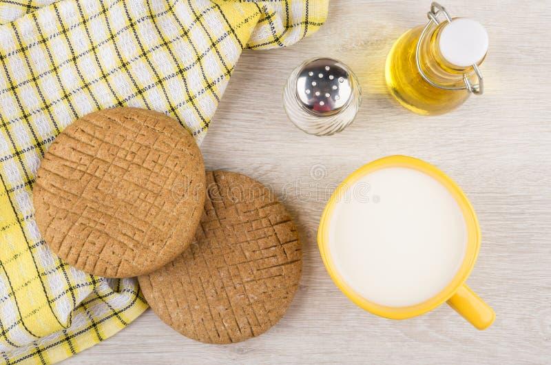 Les flatbreads de Rye, sel, mettent l'huile végétale et la tasse en bouteille de lait image stock