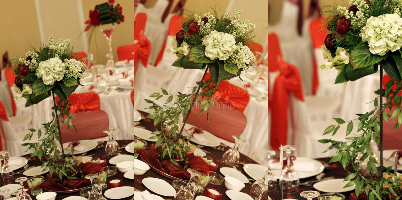 Les fleurs dans la salle de bal de mariage, multicam, grille, écran se sont dédoublées dans trois parts image stock