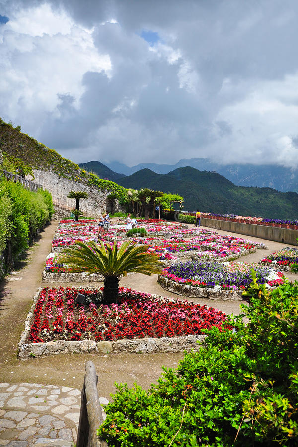 Les fleurs dans la villa Rufolo fait du jardinage dans Ravello, Italie image stock
