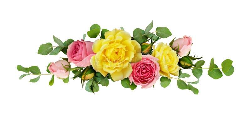 Les fleurs de rose de rose et de jaune avec l'eucalyptus part illustration libre de droits