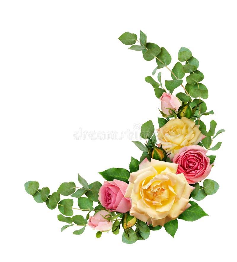 Les fleurs de rose de rose et de jaune avec l'eucalyptus part dans un coin illustration libre de droits