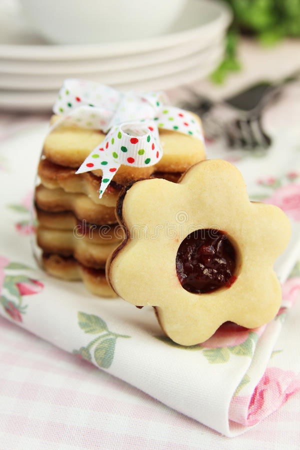 Fleurit des biscuits photos stock