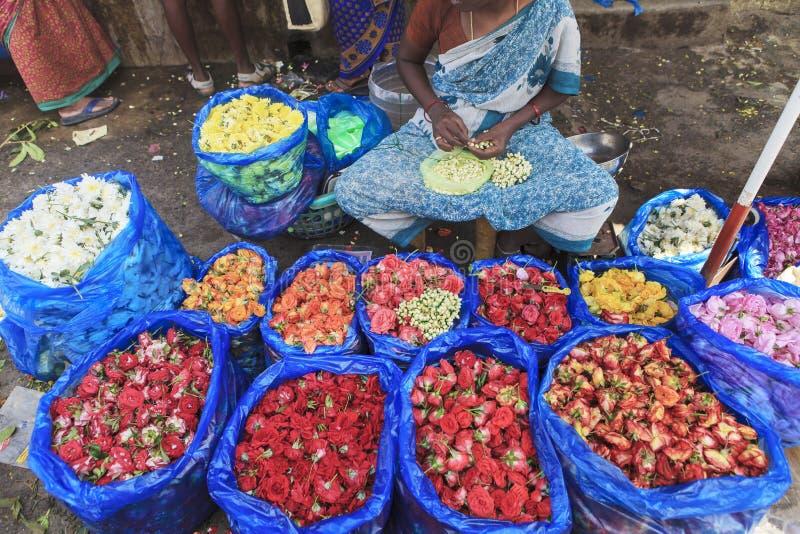 Les fleurs lancent sur le marché et vendeur image stock