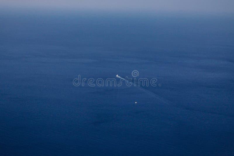 Les flotteurs de bateau sur la mer bleue, le bateau à partir de la côte photo libre de droits