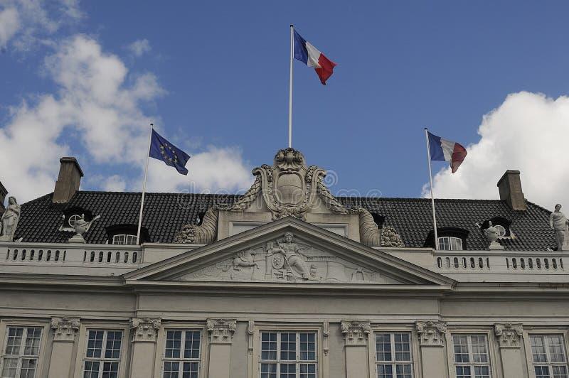 Les flys français de drapeau au-dessus de la période d'Embass_grief de Français est terminés image stock