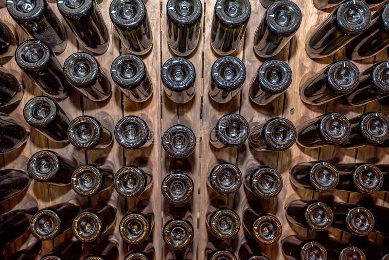 Les fonds des bouteilles de vin empilées dans la cave photos libres de droits