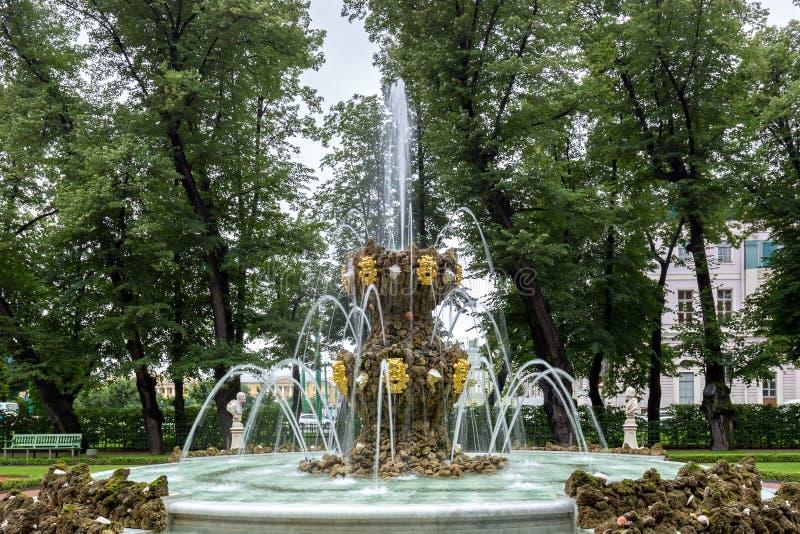 Les fontaines du jardin d'été Saint Peteburg images libres de droits
