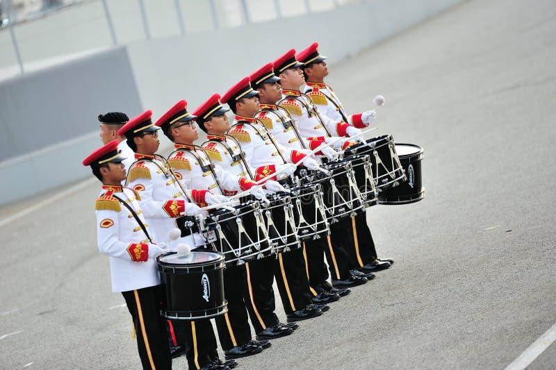 Les forces armées de Singapour (FAS) réunissent des batteurs exécutant pendant la répétition 2013 du défilé de jour national (NDP) photographie stock
