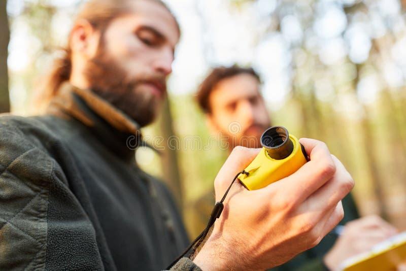 Les forestiers travaillent avec le télémètre photos stock