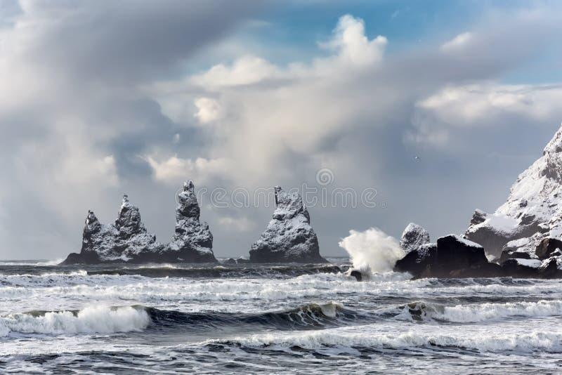 Les formations de roche de basalte Troll botte avec la pointe du pied sur la plage noire Reynisdrangar, Vik, Islande photo libre de droits