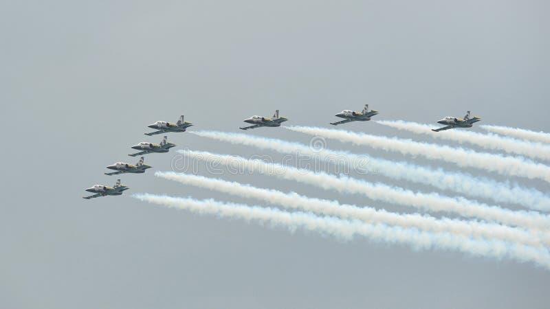 Formation d'acrobaties aériennes par l'équipe de jet de Breitling à Singapour photo libre de droits