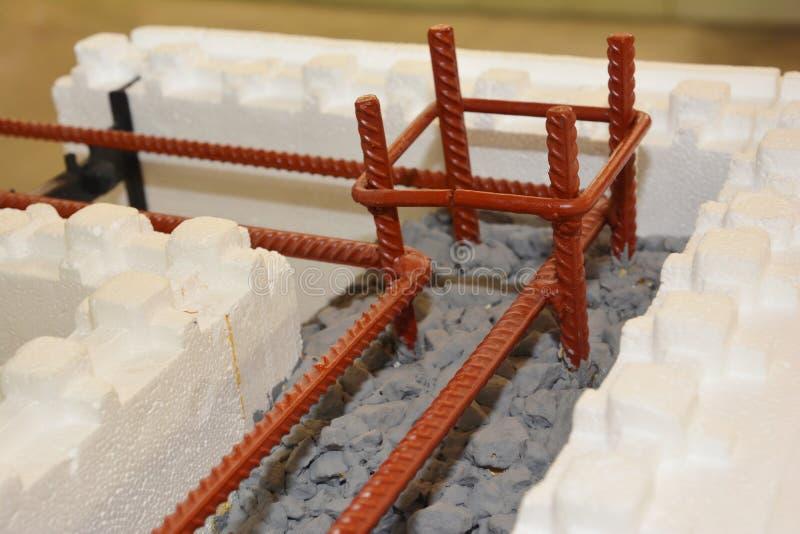 Les formes concrètes isolantes ICF avec le métal ont renforcé les murs en béton de maison photo libre de droits