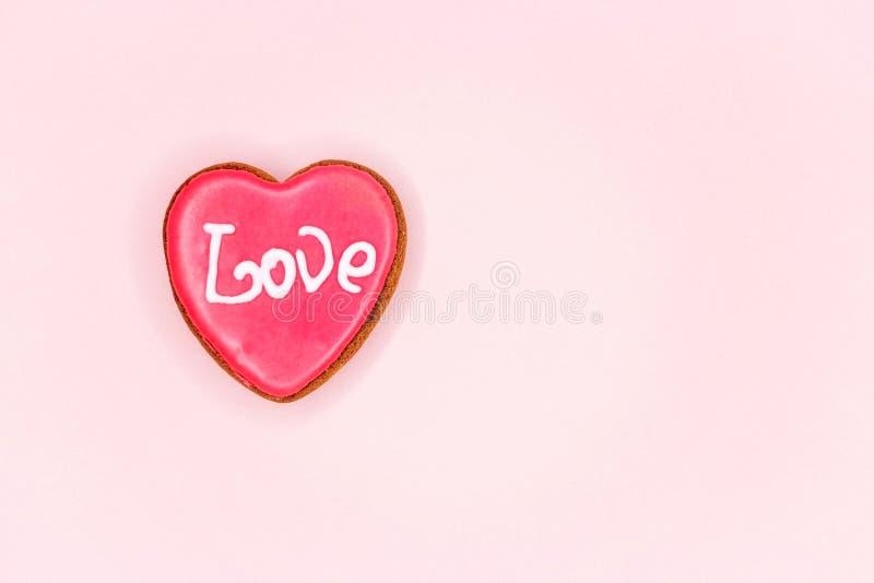 Les formes rouges de coeur sur le fond clair abstrait de scintillement dans le concept d'amour pour le jour de valentines avec le images stock