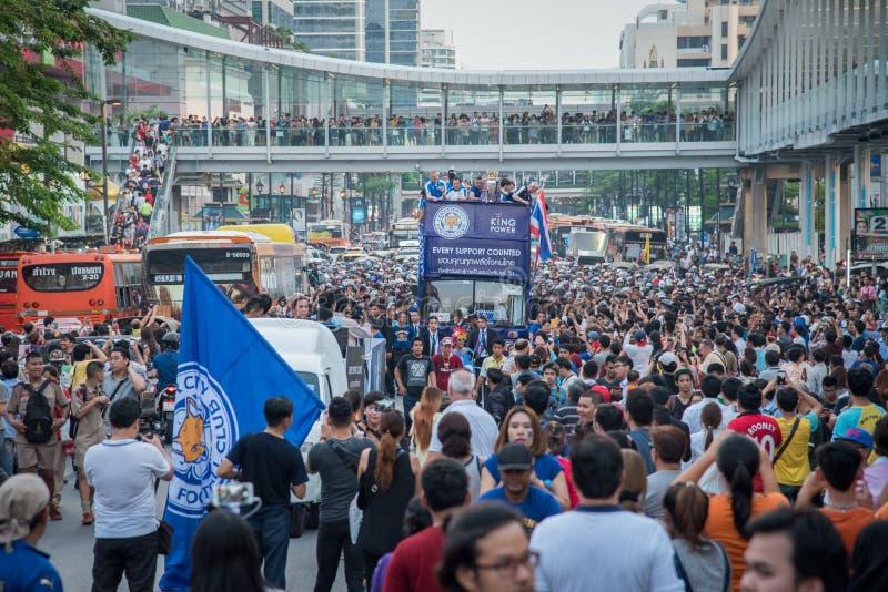 Les foules énormes des défenseurs de ville de Leicester célèbrent avec le défilé d'équipe de ville de Leicester photographie stock libre de droits