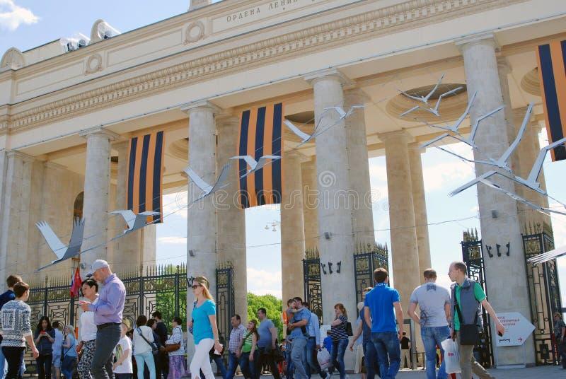 Les foules de personnes entrent dans et quittent le parc de Gorki par les portes d'entrée principale photographie stock libre de droits