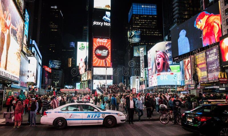Les foules des personnes viennent de partout dans le monde au Times Square photos stock